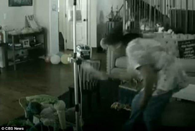 Xem camera theo dõi, mẹ bàng hoàng và bất lực vì phát hiện con bị giúp việc đánh đập - Ảnh 2.