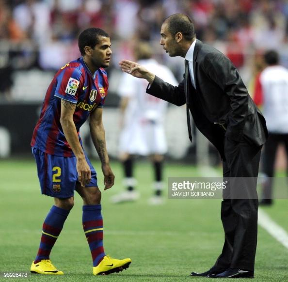 Chê tiền khủng của Chelsea, Alves nhận lương bèo ở Man City - Ảnh 1.