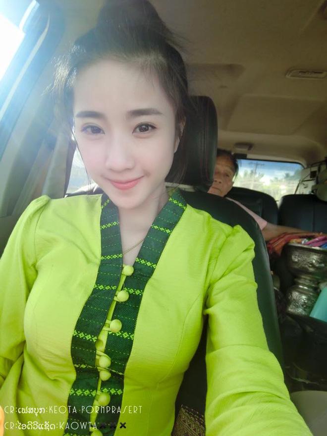 Nhan sắc ngọt ngào pha quyến rũ của 2 hot girl Lào đình đám mạng xã hội - Ảnh 2.