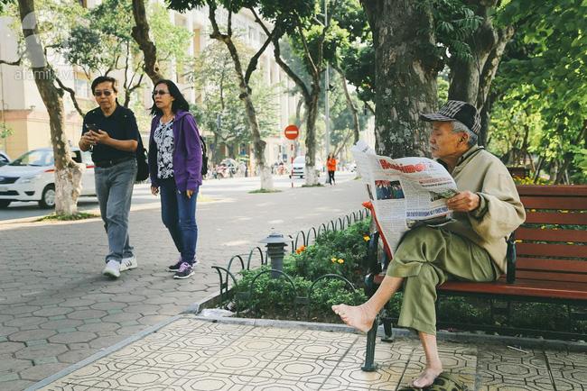 Khoảnh khắc đối lập trên chuyến bus: Một thanh thản bên tờ báo giấy, một chúi đầu vào smartphone - Ảnh 2.