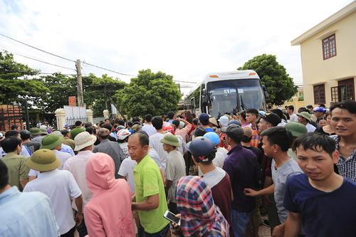 Tranh cãi khi tuyển bóng chuyền nữ Việt Nam về làng đấu đội nam - Ảnh 1.
