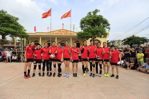 Tranh cãi khi tuyển bóng chuyền nữ Việt Nam về làng đấu đội nam - Ảnh 2.