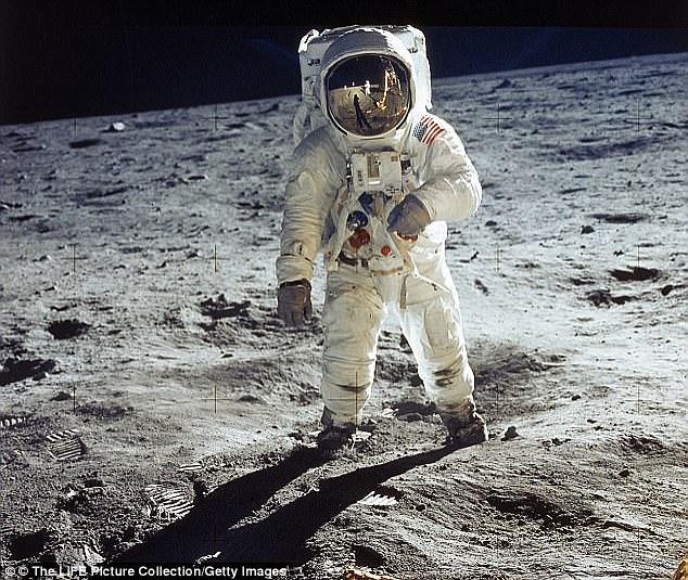 Gần 50 năm, không ngờ túi bụi trên Mặt Trăng trị giá 4 triệu USD - Ảnh 1.