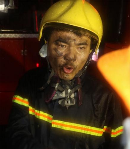 Giải cứu 7 người bị mắc kẹt trên tầng thượng trong cơn bão số 2 - Ảnh 4.