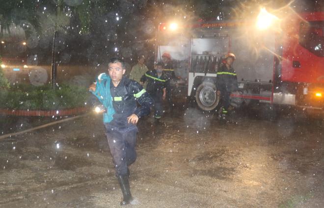 Giải cứu 7 người bị mắc kẹt trên tầng thượng trong cơn bão số 2 - Ảnh 2.