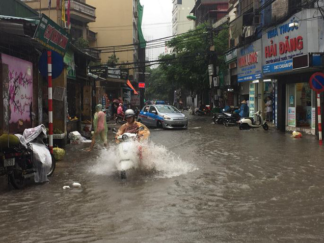 Bão số 2, nhiều tuyến đường ở Hà Nội biến thành sông