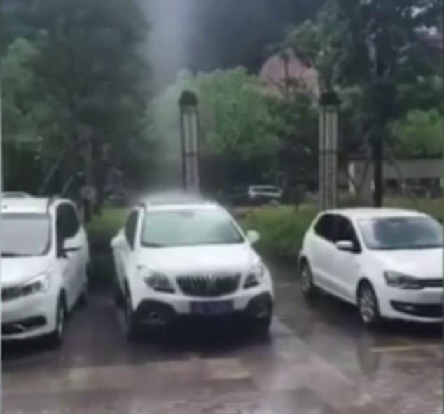 Video lan truyền mạnh: mưa chỉ rơi trúng chỗ 1 chiếc ô tô, xung quanh khô ráo, chuyên gia thời tiết phải vào cuộc xác định thật giả - Ảnh 1.