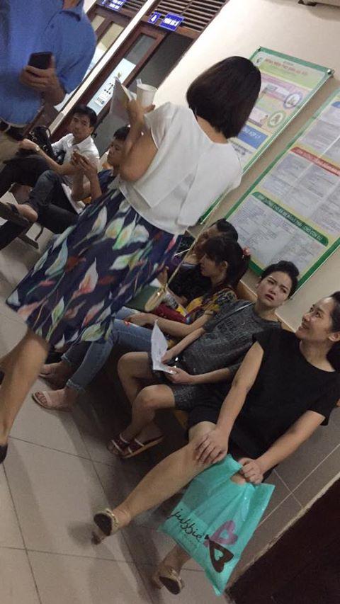Chị em dậy sóng vì cảnh các ông chồng chiếm ghế ngồi bấm điện thoại, bà bầu đứng la liệt trong phòng khám thai - Ảnh 1.