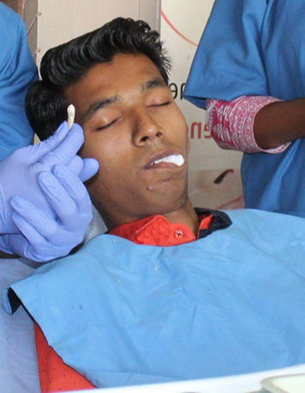 Đến bệnh viện nhổ răng, chàng trai khiến bác sĩ sốc nặng khi lấy ra thứ này - Ảnh 2.