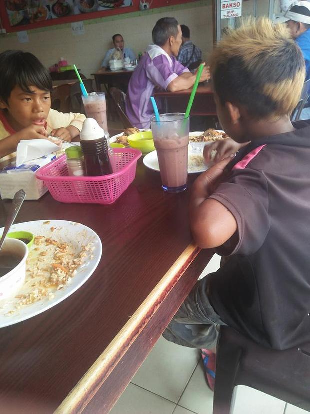 Mẹ qua đời, cha bỏ đi khi chúng em còn đang ngủ, bữa cơm hạnh phúc của 2 đứa trẻ sau nhiều ngày bới rác tìm thức ăn - Ảnh 2.