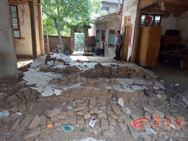Hàng xóm phá tường nhà cũ, cô bé 5 tuổi bị chôn sống dưới lớp gạch đá mà không ai hay biết - Ảnh 1.