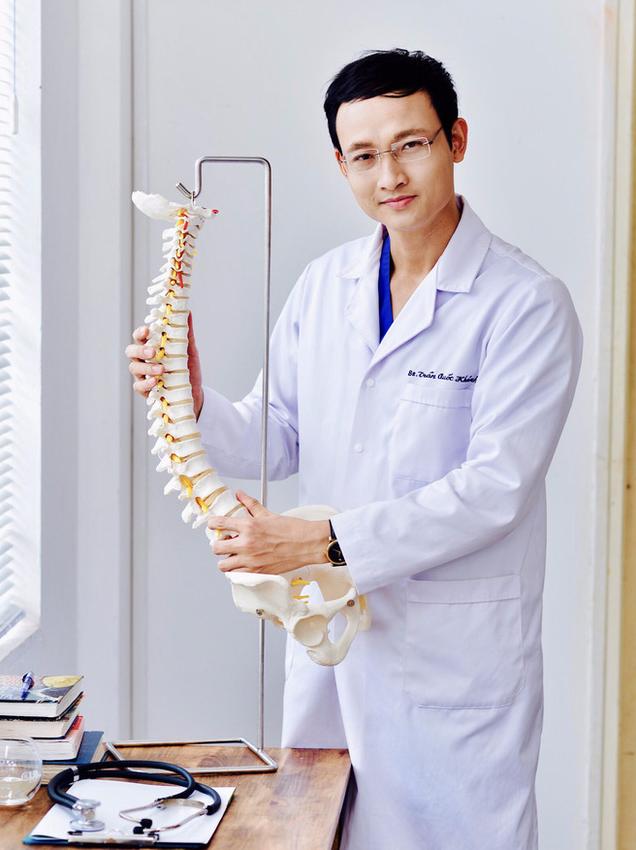 Bác sĩ bệnh viện Việt Đức tư vấn giải pháp điều trị thoát vị đĩa đệm cột sống: 90% bệnh nhân không cần phải mổ - Ảnh 1.