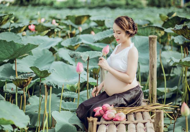 Vác bụng bầu 8 tháng đi chụp ảnh với hoa sen, cô giáo trẻ được khen tấm tắc vì quá xinh - Ảnh 1.