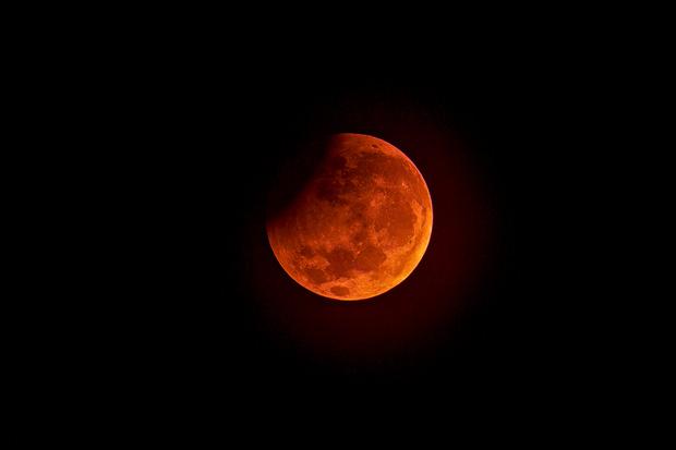 Sự thật về những bức hình trăng máu được cho là của hiện tượng nguyệt thực 1 phần tối qua - Ảnh 2.