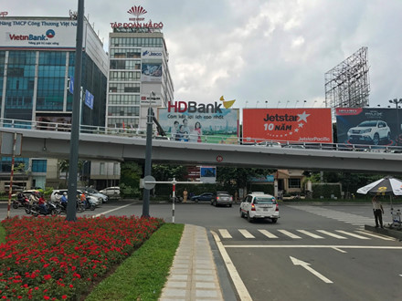 Mở thêm lối thoát giảm kẹt xe cho sân bay Tân Sơn Nhất - Ảnh 1.