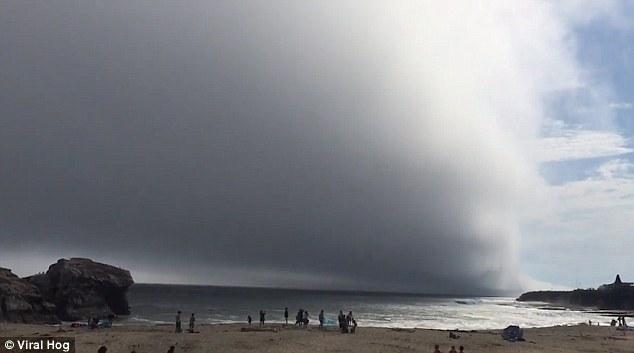 Đám mây lạ như sóng cuộn trên trời bất ngờ xuất hiện tại California - Ảnh 3.