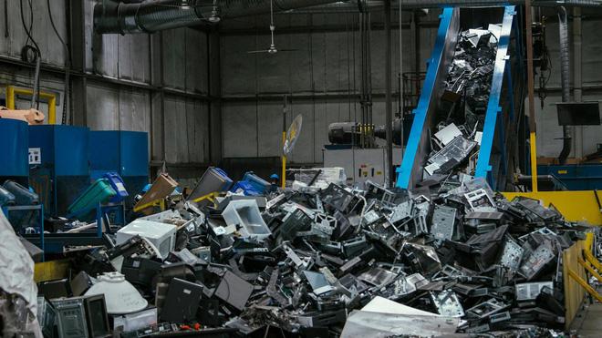Cận cảnh nghĩa địa TV bao gồm 56.000 tấn TV cũ trong kho, công ty tái chế bị phạt 14 triệu USD để dọn chỗ này - Ảnh 1.