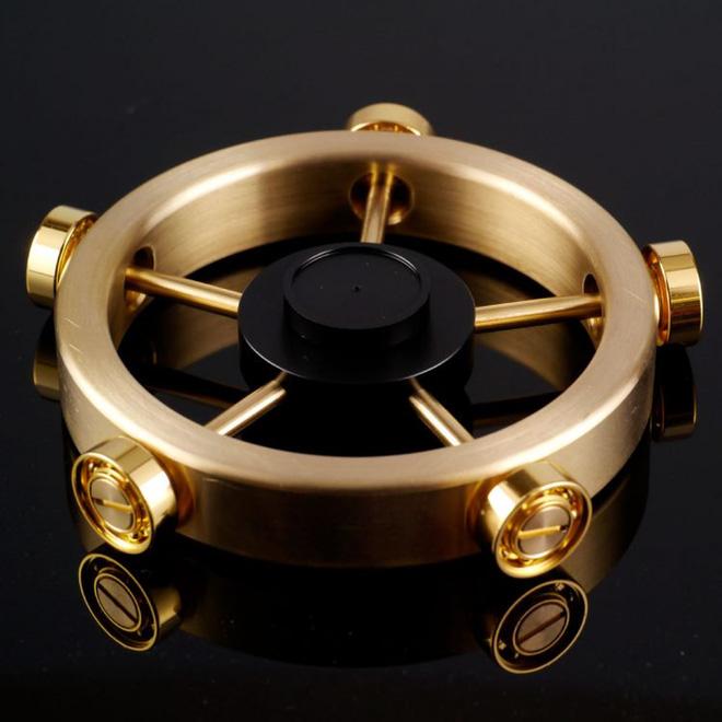 Công ty Nhật tạo ra phiên bản Rolls Royce của món đồ chơi fidget spinner, có thể quay 12 phút không ngừng - Ảnh 1.