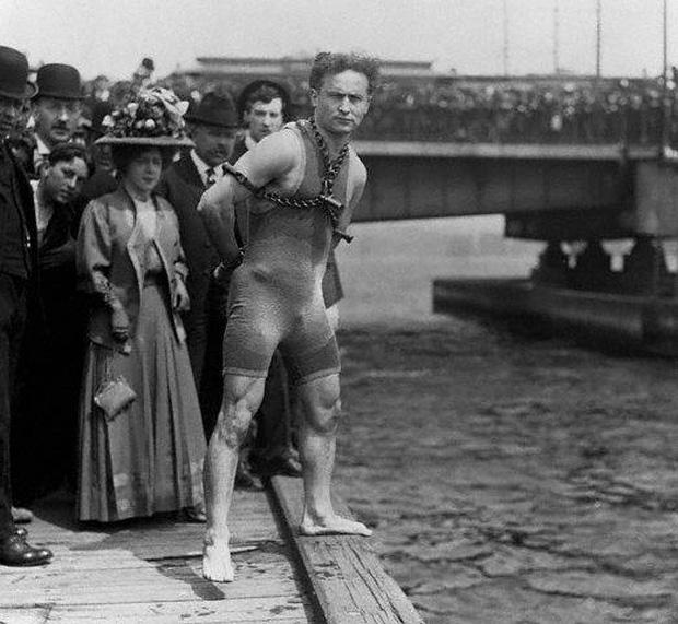Lật tẩy màn ảo thuật kinh điển của Mỹ những năm đầu thế kỷ 20: còng tay nhốt trong thùng kín - Ảnh 2.