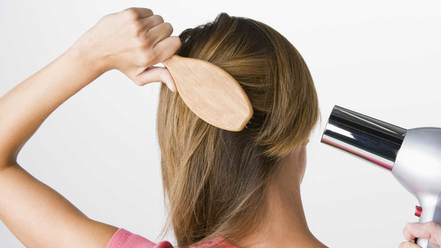 Tóc rụng quá nhiều, có thể bạn đang mắc phải một trong các thói quen xấu sau - Ảnh 2.