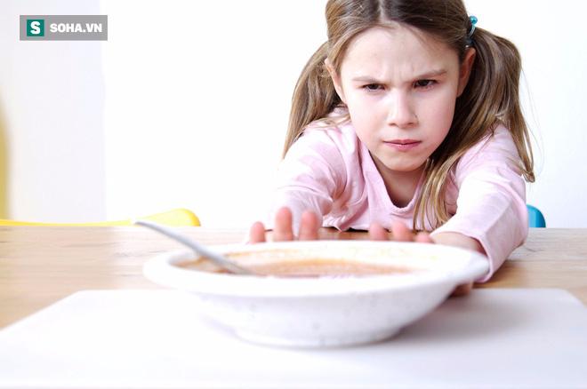 Trẻ có thể bị yếu xương, teo não, chậm trao đổi chất nếu bố mẹ mặc kệ con bỏ bữa ăn này - Ảnh 1.