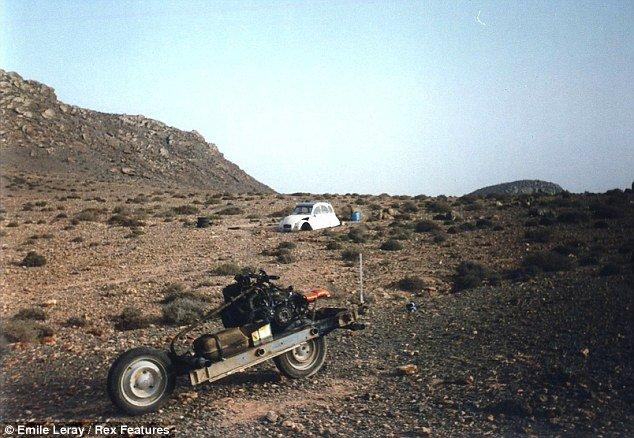 Xem cách người đàn ông này độ ôtô thành xe máy để thoát khỏi sa mạc trong 12 ngày - Ảnh 1.