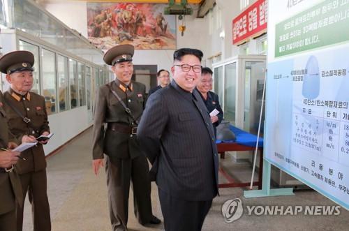 Bức ảnh ông Kim Jong Un trên báo Triều Tiên để lộ tham vọng lớn về tên lửa của Bình Nhưỡng - Ảnh 1.