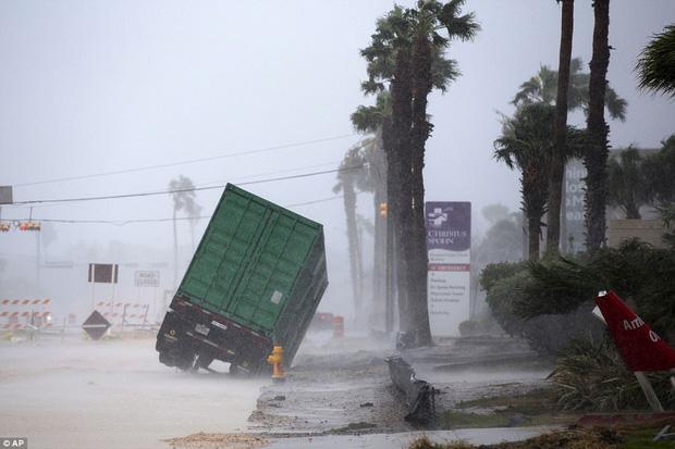 Cơn bão mạnh nhất thập kỷ đổ bộ vào Mỹ, người dân lo sợ một kịch bản tương tự Katrina xảy ra - Ảnh 1.
