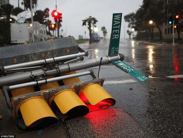 Cơn bão mạnh nhất thập kỷ đổ bộ vào Mỹ, người dân lo sợ một kịch bản tương tự Katrina xảy ra - Ảnh 2.