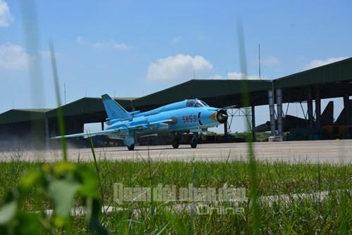 Trực thăng vũ trang, phản lực chiến đấu đồng loạt bắn, ném bom, tiêu diệt mục tiêu mặt đất - Ảnh 2.