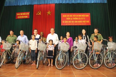 Phó Thủ tướng Trương Hòa Bình tặng quà học sinh nghèo - Ảnh 1.