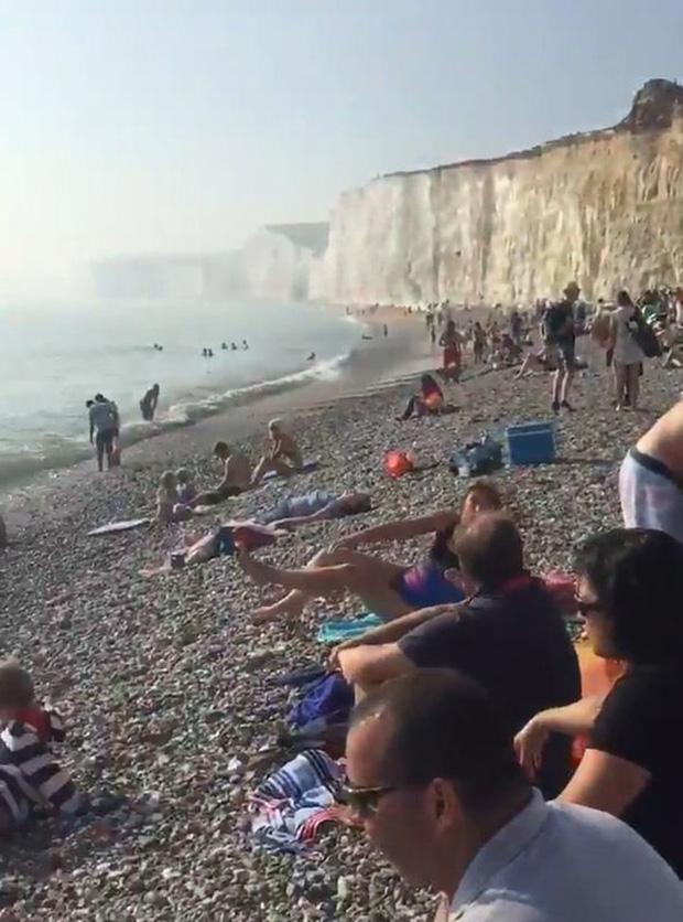 Anh: Hơn 100 người bỏng mắt vì đám mây lạ - Ảnh 1.