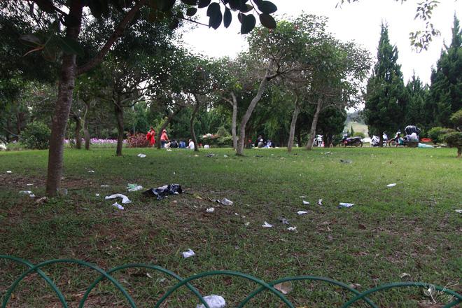 Nhắc nhở người bán hàng, cô lao công ở Đà Lạt nhận lại câu nói: Không xả rác thì lấy việc đâu các cô làm! - Ảnh 2.