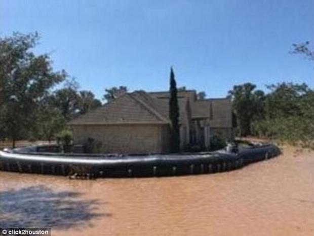 Mỹ: Ngôi nhà ở Houston vẫn sừng sững khô ráo giữa trận lũ lịch sử Harvey nhờ hệ thống đập tự xây giá 18.000 USD - Ảnh 1.