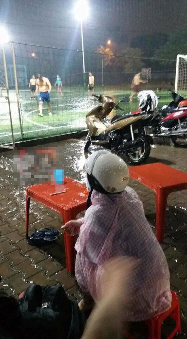 Vợ đội mưa chờ chồng đá bóng: Hình ảnh dễ thương bỗng xấu xí qua mắt nhiều người  - Ảnh 1.