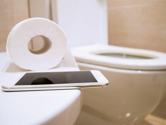 Dùng điện thoại di động thế này sẽ bẩn gấp 10 lần bồn cầu và cách giữ điện thoại sạch sẽ - Ảnh 1.