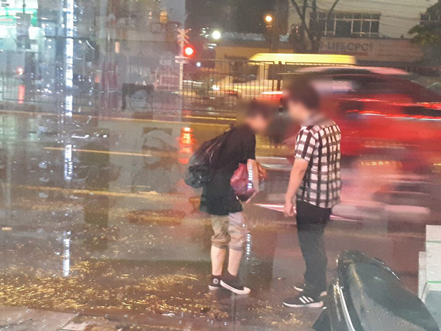 Hơn cả phim Hàn Quốc: Cặp đôi cãi nhau dưới mưa, chàng trai bất ngờ giả ngất để níu kéo bạn gái! - Ảnh 1.