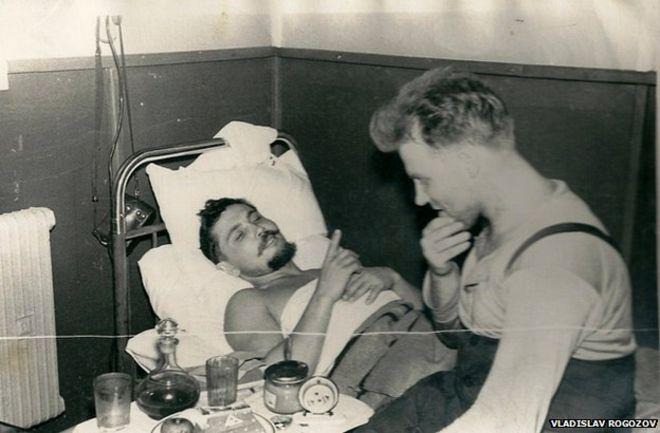 Đây là câu chuyện đằng sau bức ảnh vị bác sĩ người Nga tự phẫu thuật ruột thừa cho chính mình - Ảnh 1.