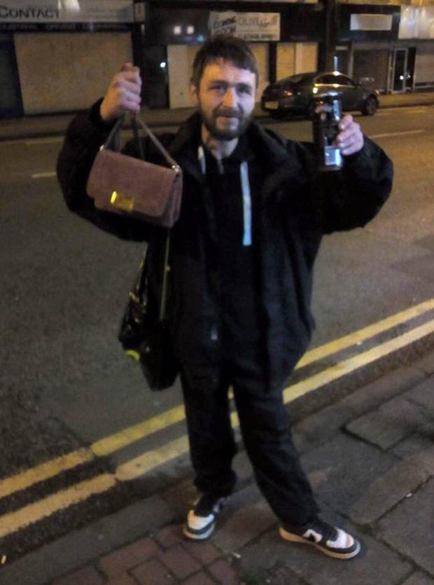 Người đàn ông vô gia cư phải nhịn đói vì không có tiền vẫn quyết tâm tìm chủ nhân đánh rơi túi xách suốt 2 ngày trời để trả lại - Ảnh 1.