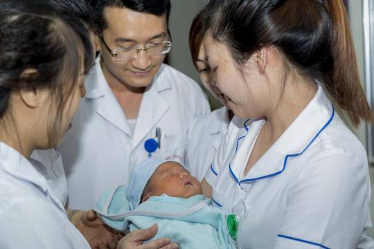Viện trưởng đặt tên, kêu gọi mẹ đến nhận bé trai bị bỏ rơi - Ảnh 1.