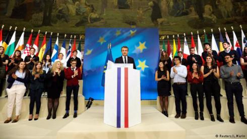 Ông Macron liệu có thể soán ngôi thủ lĩnh của bà Merkel ở châu Âu? - Ảnh 1.
