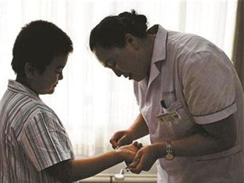 Bé trai 10 tuổi bôi mực vào tay, che giấu bệnh để bố mẹ không phải khổ - Ảnh 1.