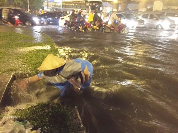 Người Sài Gòn khổ sở bì bõm về nhà trong cơn mưa cực lớn đêm cuối tuần - Ảnh 1.