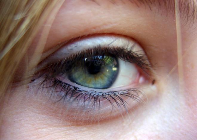 Cày game mobile 24 tiếng liên tục, một cô gái Trung Quốc đã bị mù một bên mắt - Ảnh 1.