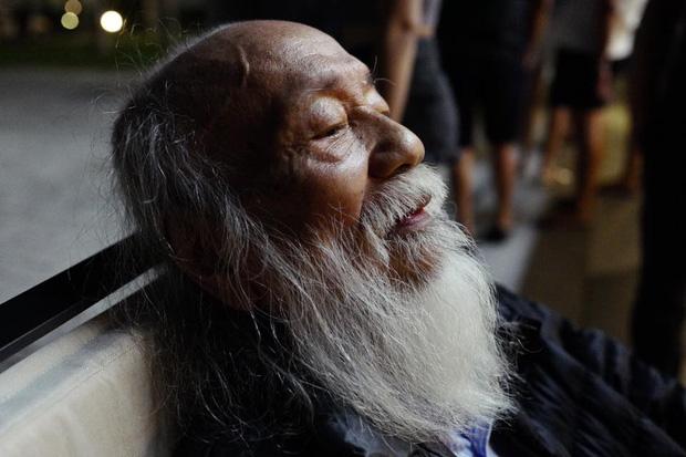 Khoảnh khắc bình dị của thầy Văn Như Cương qua những bức ảnh của cô giáo Văn Thùy Dương - Ảnh 1.