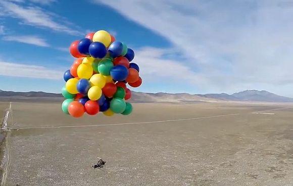 Cần bao nhiêu quả bóng bay để có thể nâng 1 người trưởng thành bay lên trời? - Ảnh 3.