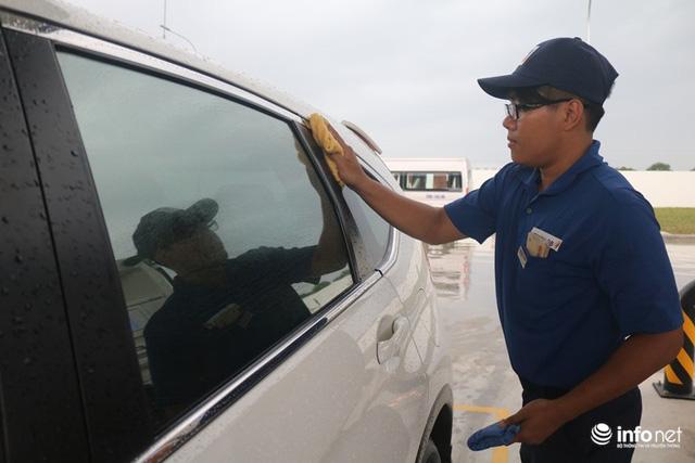 Vừa mở cây xăng đầu tiên ở Việt Nam, đại gia Nhật Bản đã gây sốt: Bán xăng chính xác tới 0,01 lít, lau kính ô tô miễn phí, nhân viên cúi gập người chào khách - Ảnh 1.