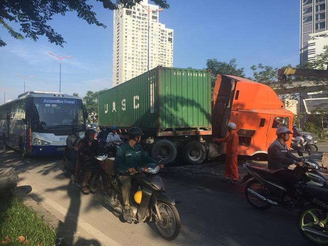 Xe container mất lái gây náo loạn đường phố, húc bay 50 mét dải phân cách ở Sài Gòn - Ảnh 1.