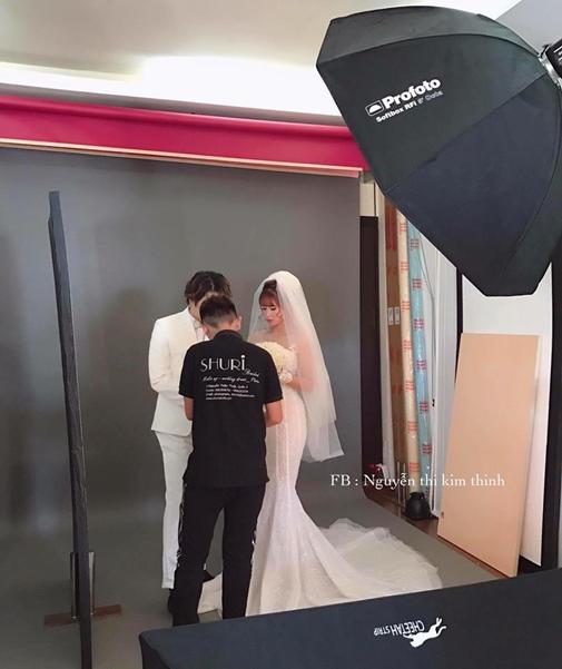 Khởi My e ấp, Kelvin Khánh để tóc dài lãng tử trong hậu trường chụp ảnh cưới - Ảnh 1.