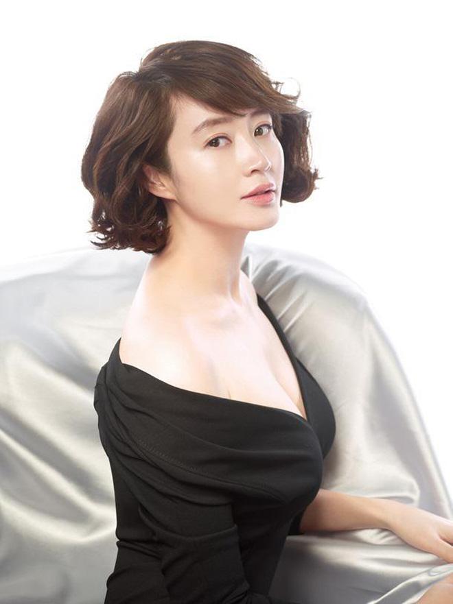 Quyền lực chị đại Kim Hye Soo ở làng phim Hàn: Bạn diễn nam toát mồ hôi hột, cả phim trường nín thinh! - Ảnh 1.